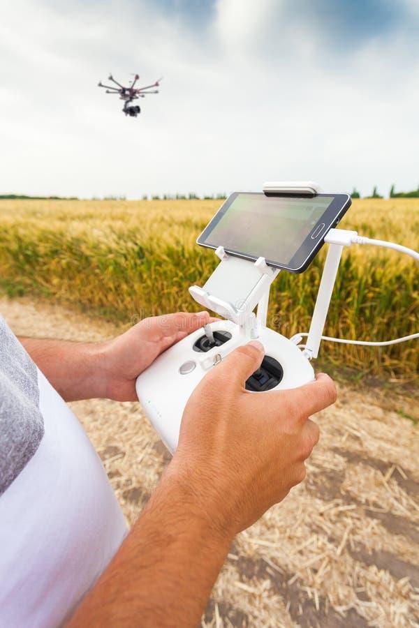 Τηλεκατευθυνόμενο copter Το άτομο ελέγχει quadrocopter την πτήση στοκ φωτογραφίες