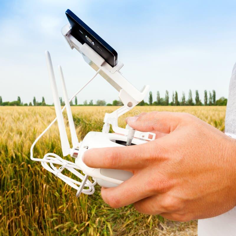 Τηλεκατευθυνόμενο copter Το άτομο ελέγχει quadrocopter την πτήση στοκ εικόνα με δικαίωμα ελεύθερης χρήσης