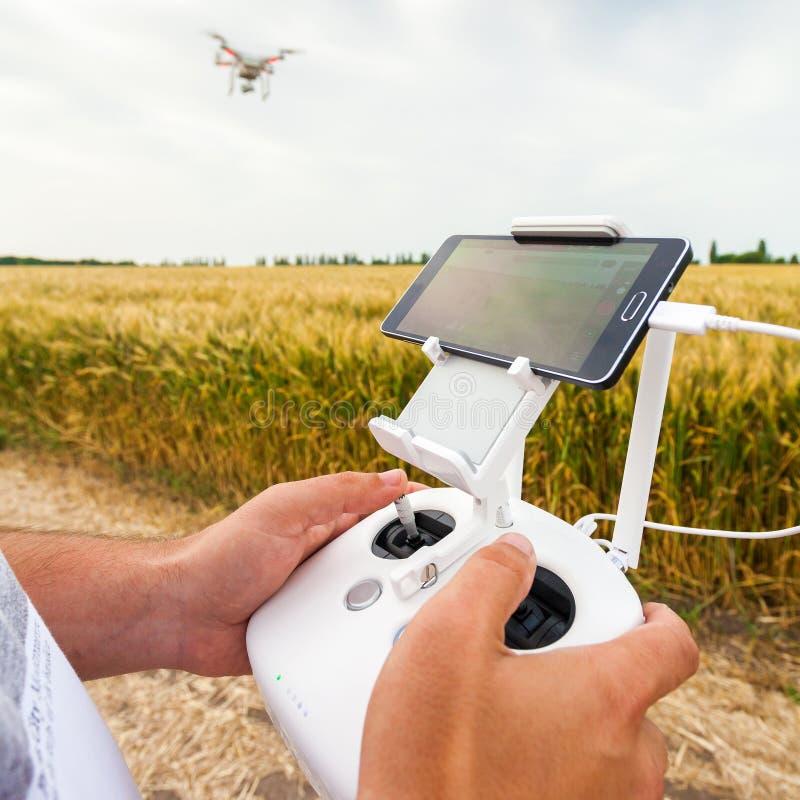Τηλεκατευθυνόμενο copter Το άτομο ελέγχει quadrocopter την πτήση στοκ φωτογραφία με δικαίωμα ελεύθερης χρήσης