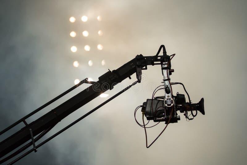 Τηλεοπτική κάμερα σε έναν γερανό στο ποδόσφαιρο mach ή τη συναυλία στοκ εικόνες