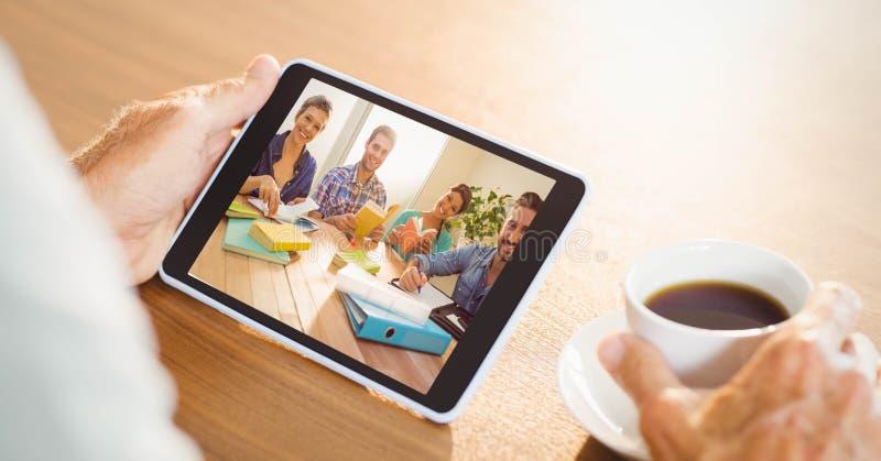 Τηλεοπτική σύσκεψη χεριών με την ομάδα στο PC ταμπλετών στοκ φωτογραφία με δικαίωμα ελεύθερης χρήσης