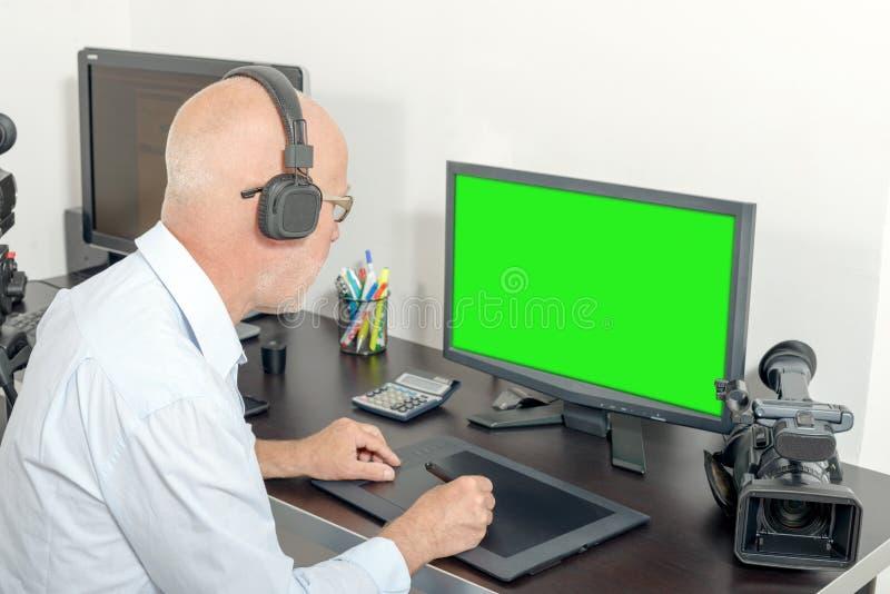 Τηλεοπτικός συντάκτης στο στούντιό του στοκ εικόνες με δικαίωμα ελεύθερης χρήσης