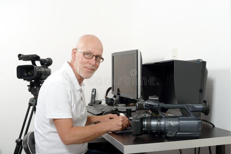 Τηλεοπτικός συντάκτης στο στούντιό του στοκ εικόνα με δικαίωμα ελεύθερης χρήσης
