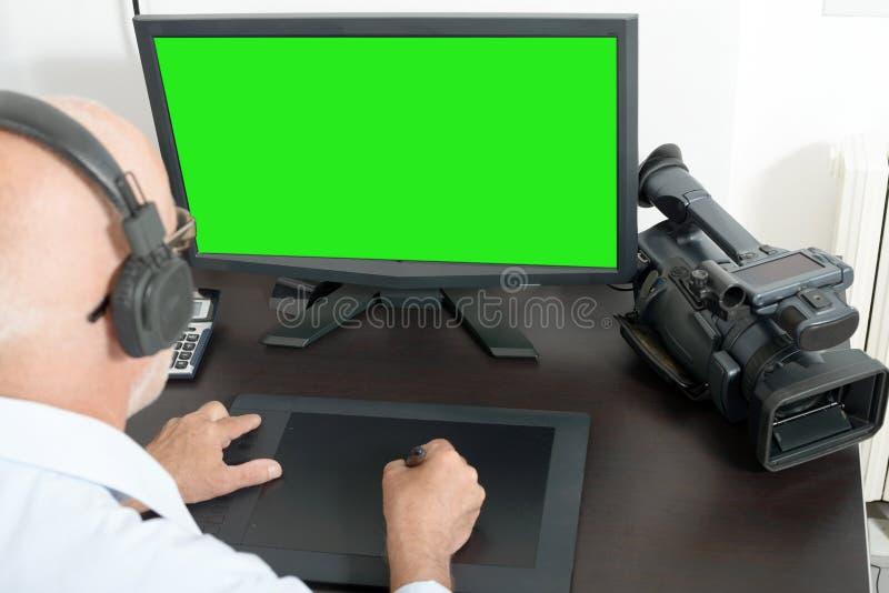 Τηλεοπτικός συντάκτης στο στούντιό του στοκ φωτογραφία