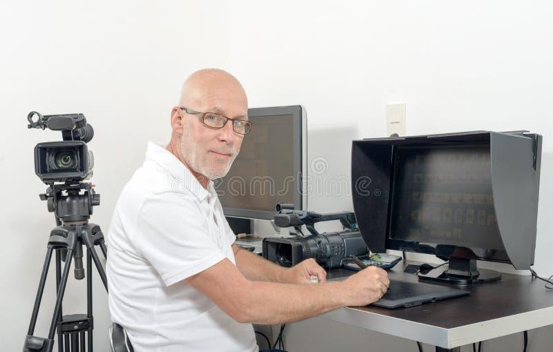 Τηλεοπτικός συντάκτης στο στούντιό του στοκ φωτογραφία με δικαίωμα ελεύθερης χρήσης