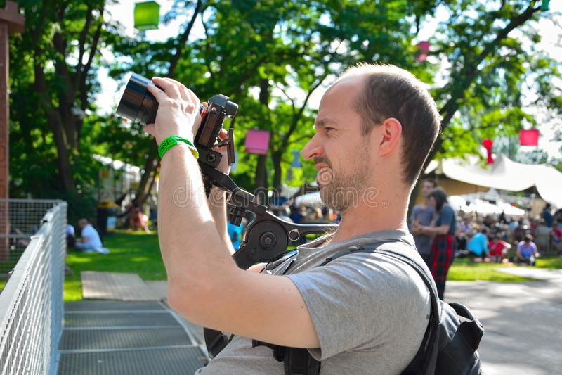 Τηλεοπτικός τεχνικός στην εργασία, τεχνικός τηλεοπτικός εξοπλισμός στοκ φωτογραφία