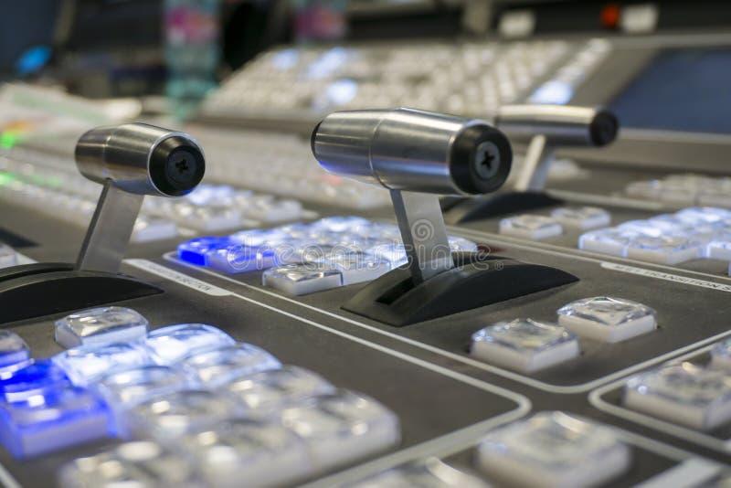 Τηλεοπτικός Switcher παραγωγής της τηλεοπτικής ραδιοφωνικής μετάδοσης στοκ εικόνες με δικαίωμα ελεύθερης χρήσης