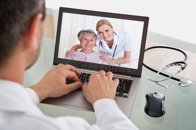 Τηλεοπτικό να κουβεντιάσει γιατρών με τη νοσοκόμα και τον ασθενή στοκ εικόνα με δικαίωμα ελεύθερης χρήσης