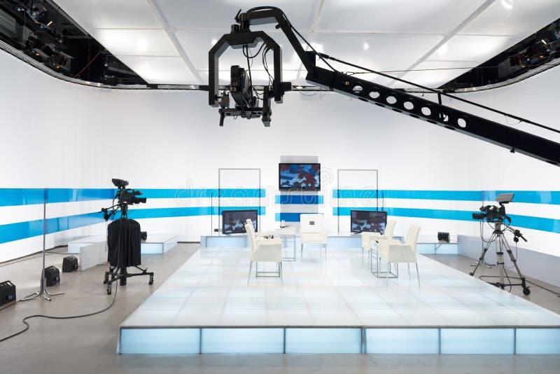 Τηλεοπτικό στούντιο με τη κάμερα και τα φω'τα φλόκων στοκ εικόνα