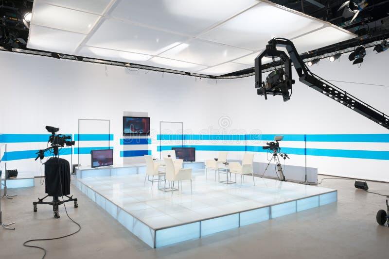Τηλεοπτικό στούντιο με τη κάμερα και τα φω'τα φλόκων στοκ εικόνες