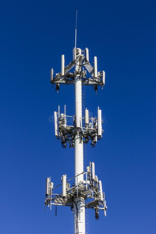 Τηλεπικοινωνίες και ασύρματος πύργος εξοπλισμού με κατευθυντικό στοκ εικόνες