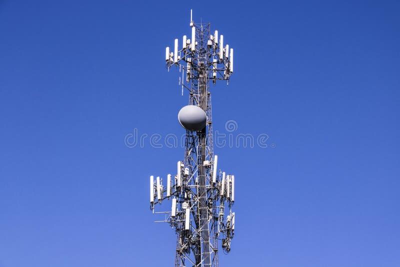 Τηλεπικοινωνίες και ασύρματος πύργος εξοπλισμού με κατευθυντικό στοκ φωτογραφία με δικαίωμα ελεύθερης χρήσης