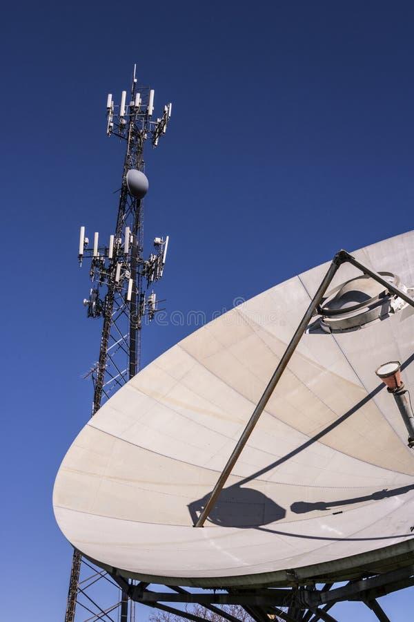 Τηλεπικοινωνίες και ασύρματος πύργος εξοπλισμού με κατευθυντικό στοκ φωτογραφία