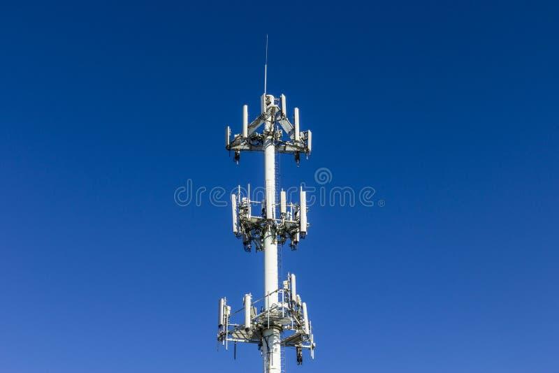 Τηλεπικοινωνίες και ασύρματος πύργος εξοπλισμού με την κατευθυντική κινητή τηλεφωνική κεραία - τοπίο στοκ φωτογραφίες