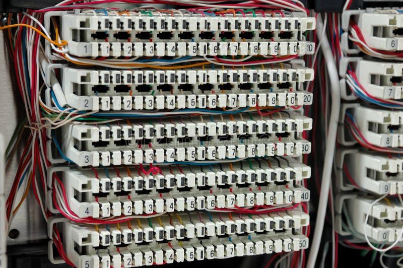 Τηλεφωνικό τηλεφωνικό κέντρο με τα καλώδια στοκ εικόνα