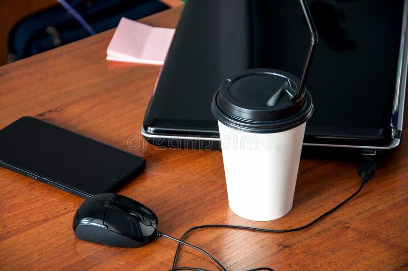 Τηλεφωνικό φλιτζάνι του καφέ μανδρών σημειωματάριων ποντικιών φορητών προσωπικών υπολογιστών σε ένα brow στοκ εικόνα με δικαίωμα ελεύθερης χρήσης
