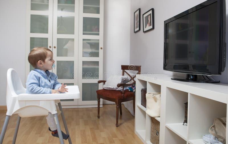 Τηλεόραση προσοχής αγοράκι στοκ εικόνες με δικαίωμα ελεύθερης χρήσης