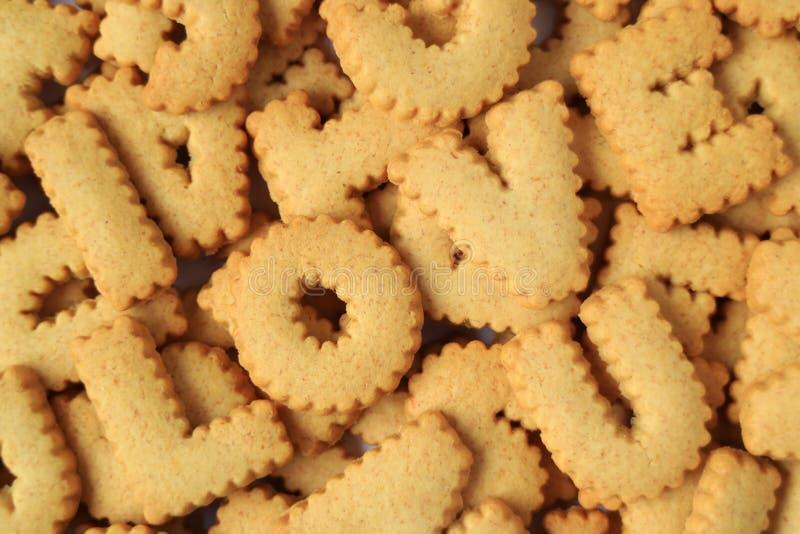 Τη λέξη που συλλάβισαν Σ' ΑΓΑΠΏ με το αλφάβητο διαμόρφωσε τα μπισκότα στο σωρό των ίδιων μπισκότων στοκ φωτογραφία με δικαίωμα ελεύθερης χρήσης