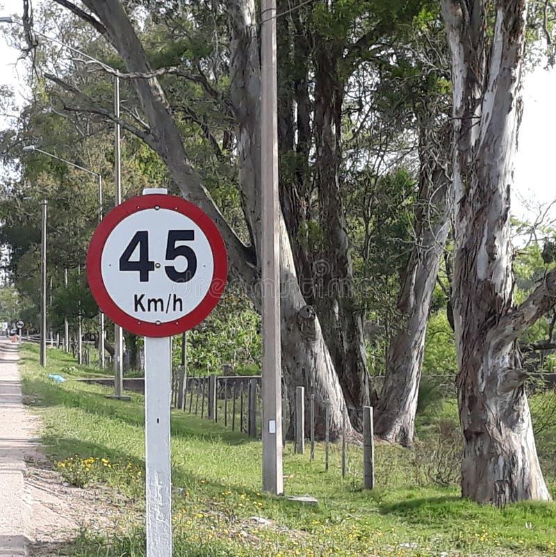 τη μέγιστη ταχύτητα που επιτρέπεται 45 χιλιόμετρα ανά ώρα στοκ εικόνα