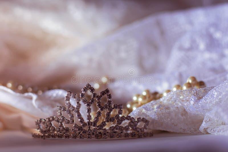 Τιάρα και μαργαριτάρια με το φόρεμα στοκ φωτογραφία