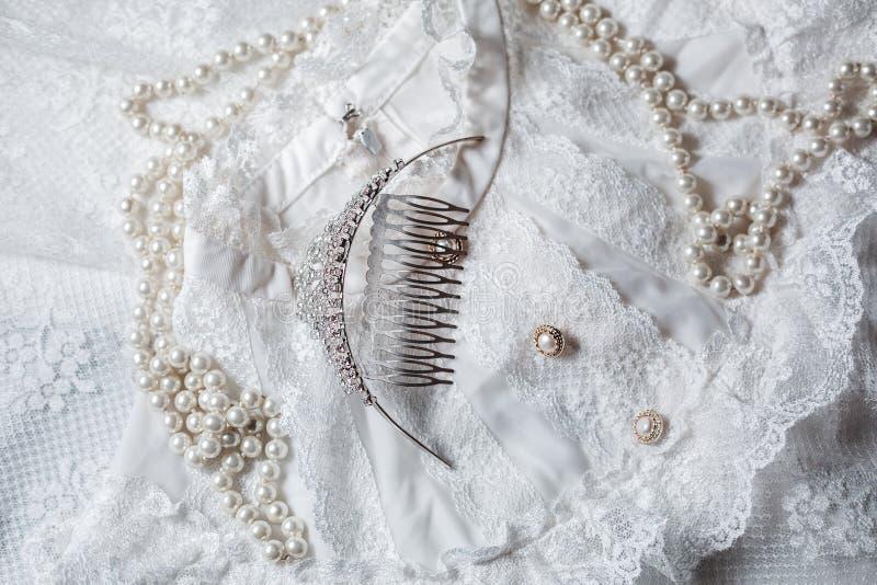 Τιάρα και μαργαριτάρια με το φόρεμα στοκ φωτογραφία με δικαίωμα ελεύθερης χρήσης