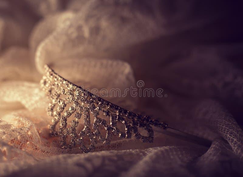 Τιάρα με το γαμήλιο φόρεμα στοκ φωτογραφία με δικαίωμα ελεύθερης χρήσης