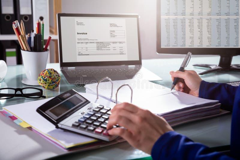 Τιμολόγιο υπολογισμού Businessperson στοκ φωτογραφία με δικαίωμα ελεύθερης χρήσης