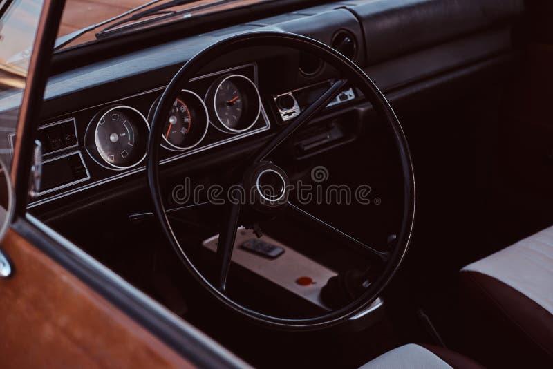 τιμόνι και ταμπλό Εσωτερικό ενός αποκατεστημένου αναδρομικού αυτοκινήτου στοκ εικόνες