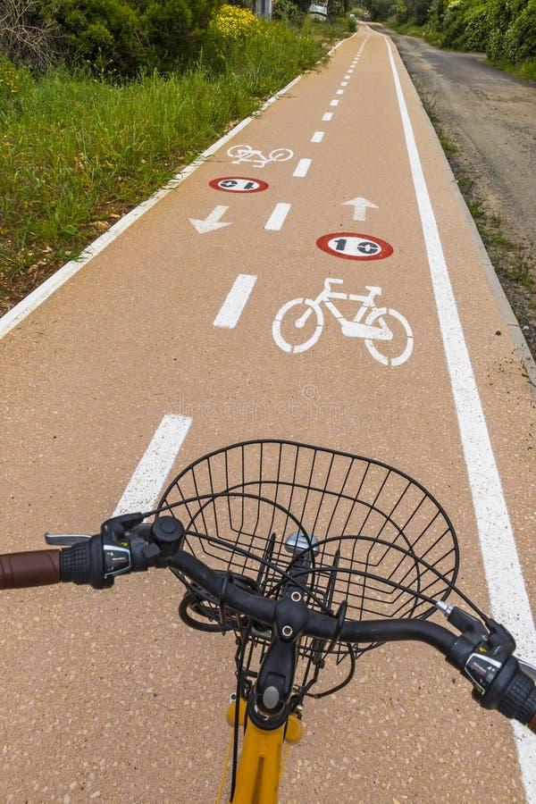 Τιμόνι ποδηλάτων και πάροδοι ποδηλάτων με τα roadsigns στοκ εικόνα με δικαίωμα ελεύθερης χρήσης