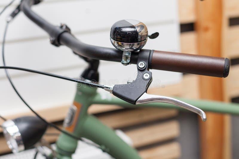 Τιμόνι ποδηλάτων με τις λαβές κουδουνιών και δέρματος στοκ εικόνα με δικαίωμα ελεύθερης χρήσης