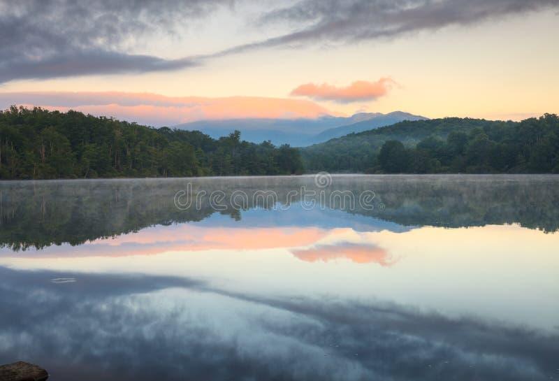 Τιμών βόρεια Καρολίνα Pkwy κορυφογραμμών λιμνών μπλε στοκ φωτογραφία με δικαίωμα ελεύθερης χρήσης