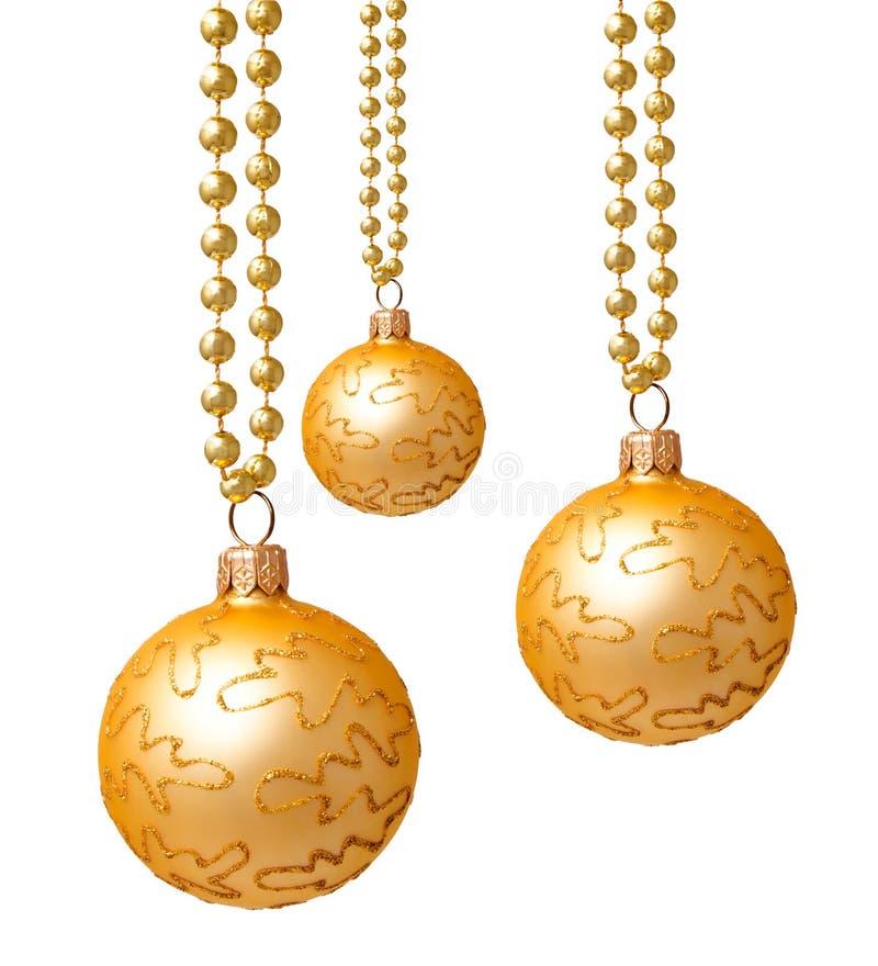 Τις χρυσές σφαίρες Χριστουγέννων που απομονώνονται κρεμώντας στοκ φωτογραφίες με δικαίωμα ελεύθερης χρήσης