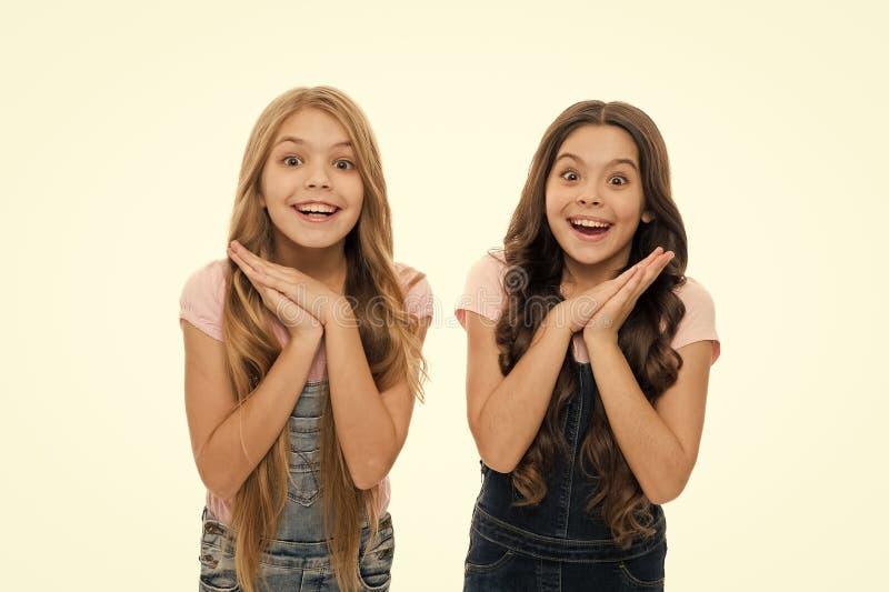 Τι έκπληξη Ειλικρινής ενθουσιασμός Τα παιδιά τα μακριά υγιή λαμπερά μαλλιά φορούν χαλαρά ρούχα Μικρά κορίτσια ενθουσιασμένα χαρού στοκ εικόνα