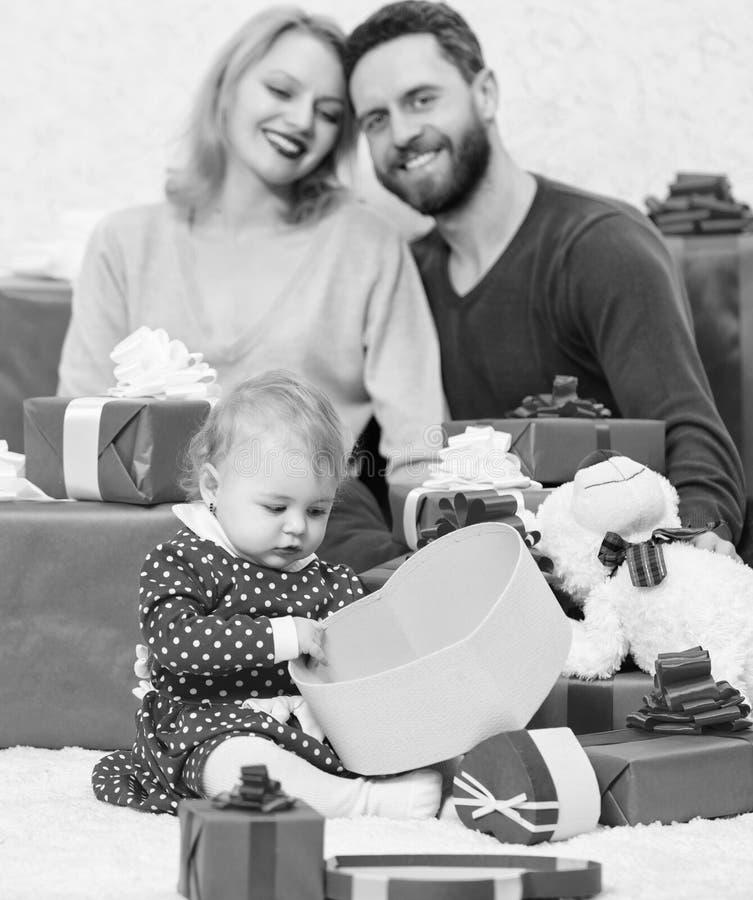 Τι να αναμείνει r Κόκκινα κιβώτια Ευτυχής οικογένεια με το παρόν κιβώτιο E Επόμενη μέρα των Χριστουγέννων Αγάπη και εμπιστοσύνη σ στοκ εικόνες με δικαίωμα ελεύθερης χρήσης