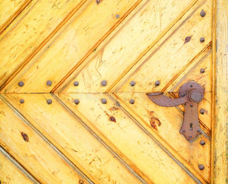 Τμήμα της παλαιάς κίτρινης πόρτας στοκ φωτογραφία με δικαίωμα ελεύθερης χρήσης