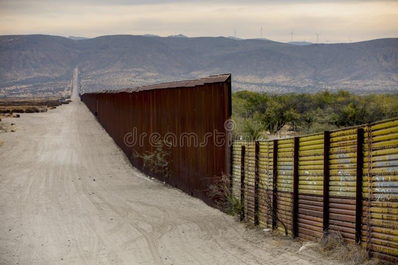 Τμήμα τοίχων συνόρων μεταξύ των Ηνωμένων Πολιτειών και του Μεξικού στοκ εικόνες