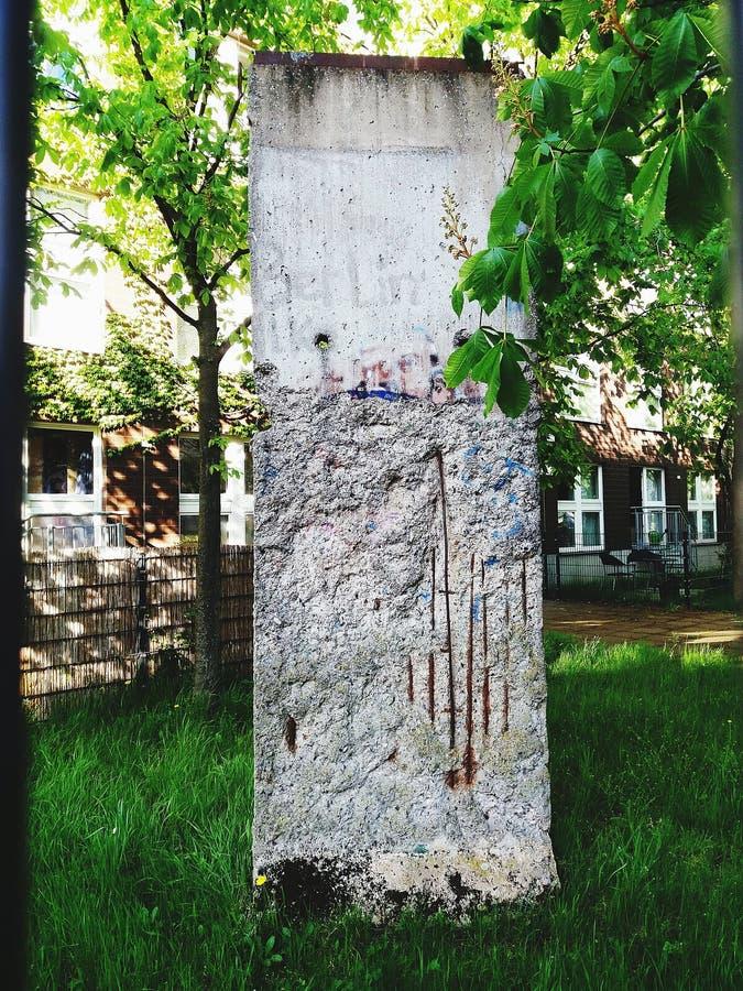 Τμήμα του τείχους του Βερολίνου που περιβάλλεται από πράσινο στοκ φωτογραφία με δικαίωμα ελεύθερης χρήσης