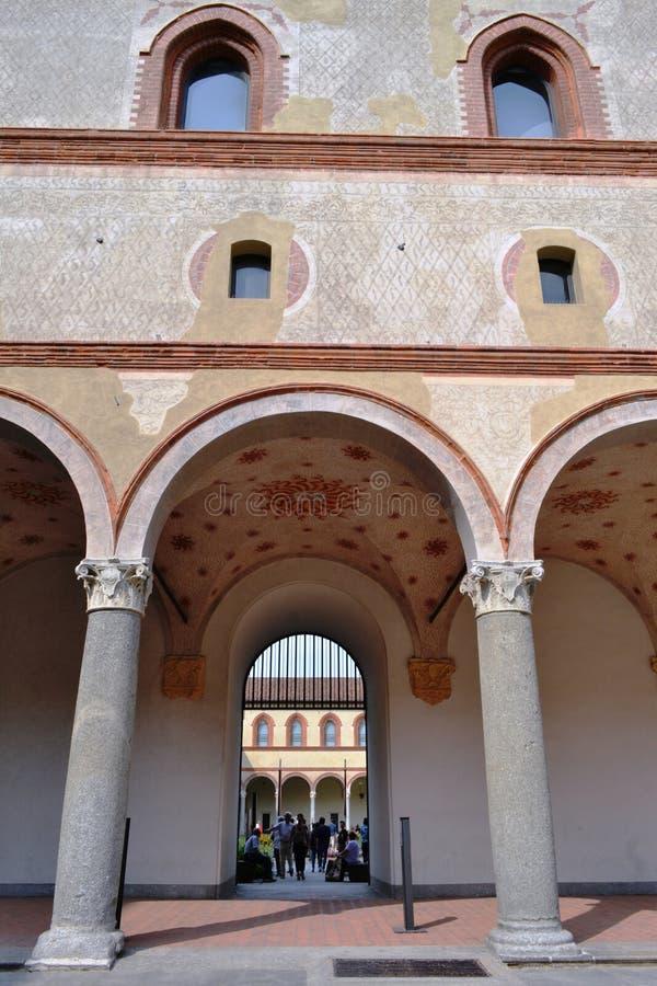 Τοίχοι, στήλες και arcades του αρχαίου μεσαιωνικού φρουρίου Rocchetta μέσα στο κάστρο Sforza στο Μιλάνο στοκ φωτογραφία