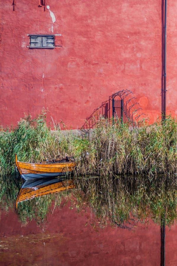 Τοίχοι του Μάλμοε Castle και μιας μικρής βάρκας που απεικονίζει σε μια τάφρο, Swed στοκ φωτογραφίες με δικαίωμα ελεύθερης χρήσης