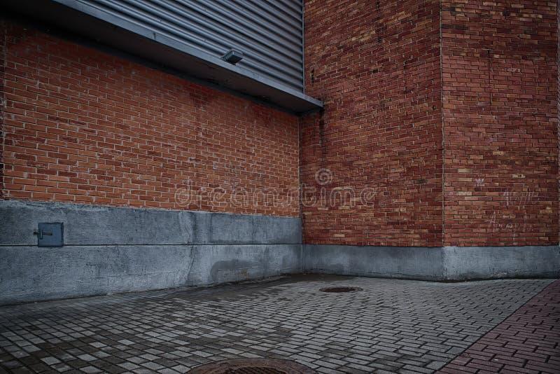 Τοίχοι του τούβλινου κτηρίου και του γκρίζου πατώματος τούβλου στοκ φωτογραφία με δικαίωμα ελεύθερης χρήσης