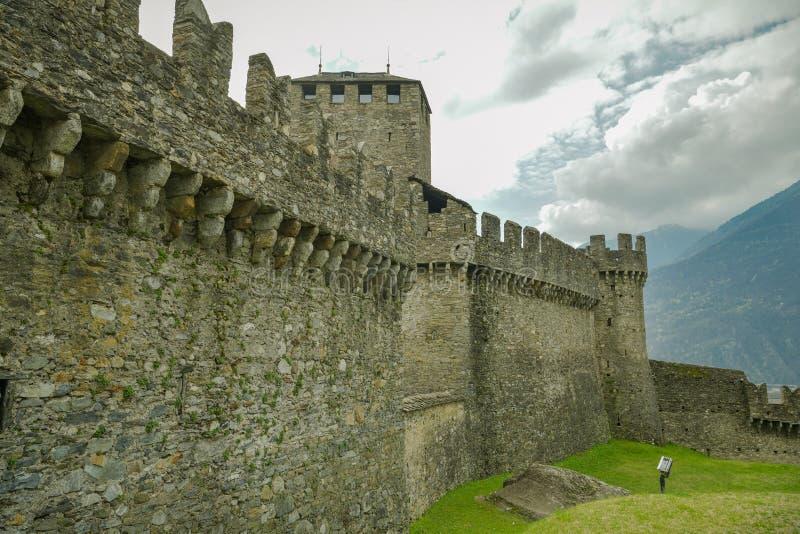 Τοίχοι του Castle του κάστρου Montebello, ένα από τα τρία κάστρα στη Μπελιντζόνα στοκ φωτογραφίες