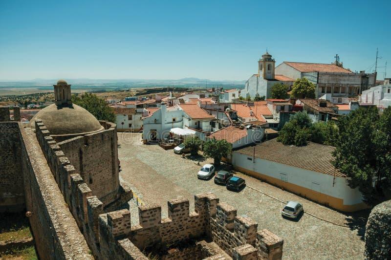 Τοίχοι του Castle με τους πύργους και παλαιά σπίτια σε Elvas στοκ φωτογραφία