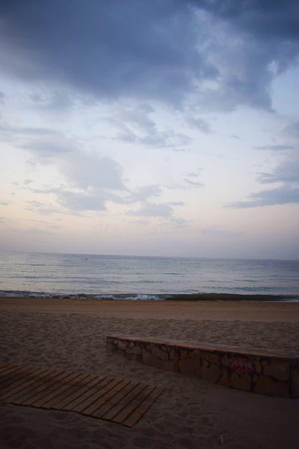 Τοίχος και ξύλινος δρόμος στην παραλία στοκ εικόνες