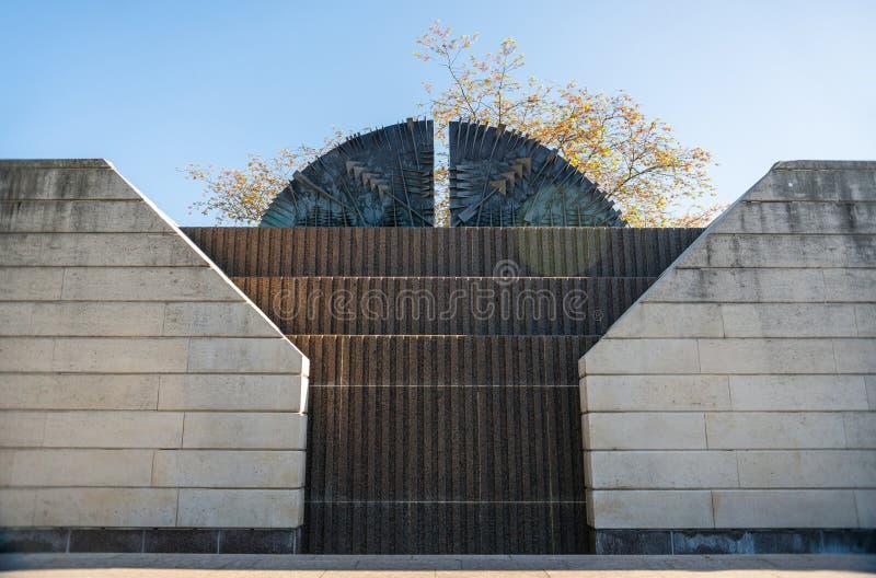 τοίχος και πύλες με τις διακοσμήσεις και τα βέλη στοκ φωτογραφίες