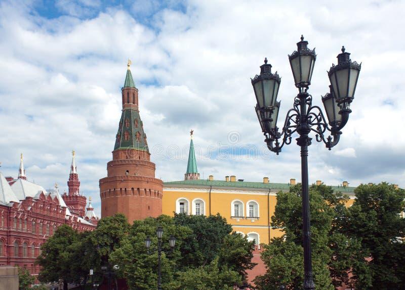 Τοίχος και πύργος της Μόσχας Κρεμλίνο στον Αλέξανδρο Garden στοκ εικόνα