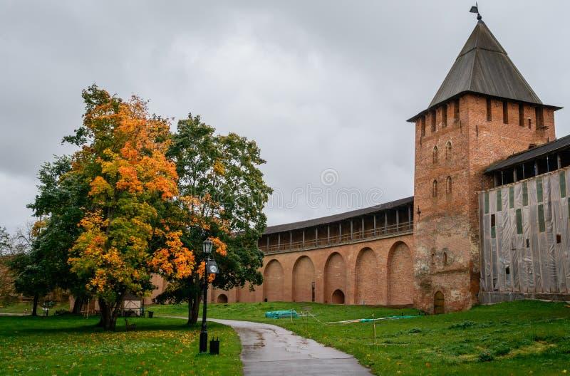 Τοίχος και πύργος Novgorod Κρεμλίνο Detinets, Novgorod Κρεμλίνο, Ρωσία στοκ εικόνα
