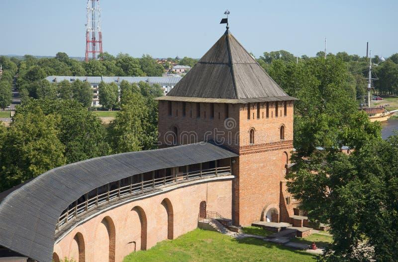 Τοίχος και πύργος Vladimirskaya του Novgorod Κρεμλίνο Άποψη από την εσωτερική πλευρά στοκ φωτογραφία με δικαίωμα ελεύθερης χρήσης