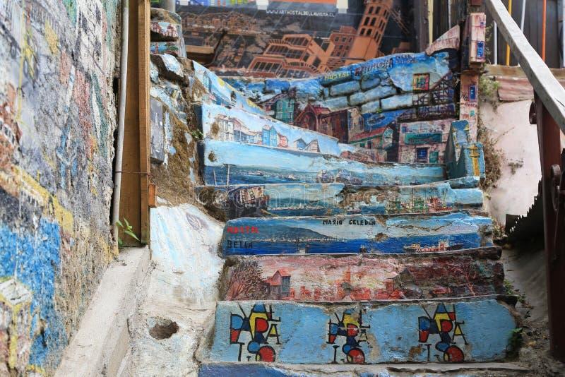 Τοίχος και σκαλοπάτι με τα γκράφιτι σε Valparaiso, Χιλή στοκ φωτογραφίες