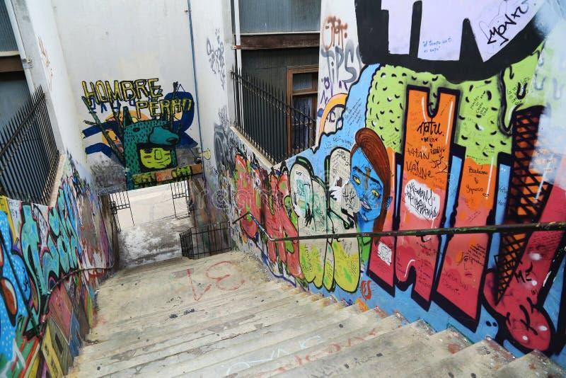 Τοίχος και σκαλοπάτι με τα γκράφιτι σε Valparaiso, Χιλή στοκ εικόνες