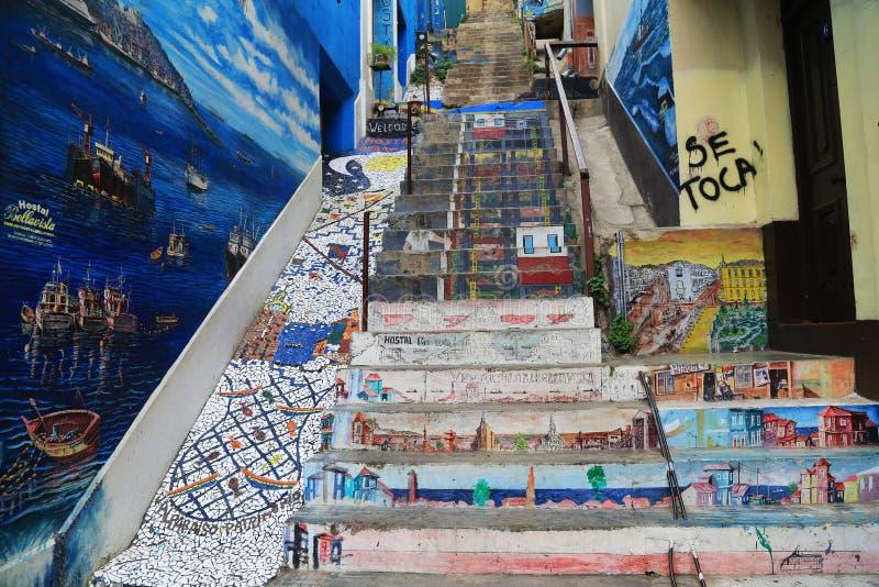 Τοίχος και σκαλοπάτι με τα γκράφιτι σε Valparaiso, Χιλή στοκ εικόνα